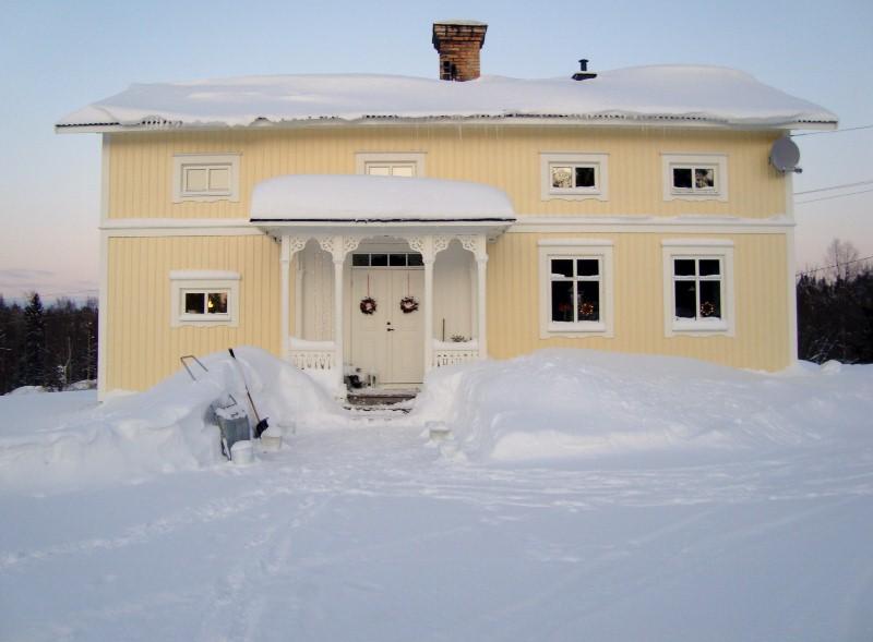 Vårt hus i riktig frostig vinterskrud