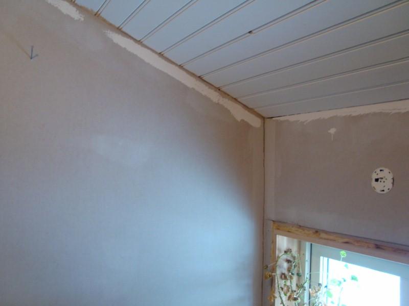 Ett litet fönster, eluttag och element finns i det lilla rummet.