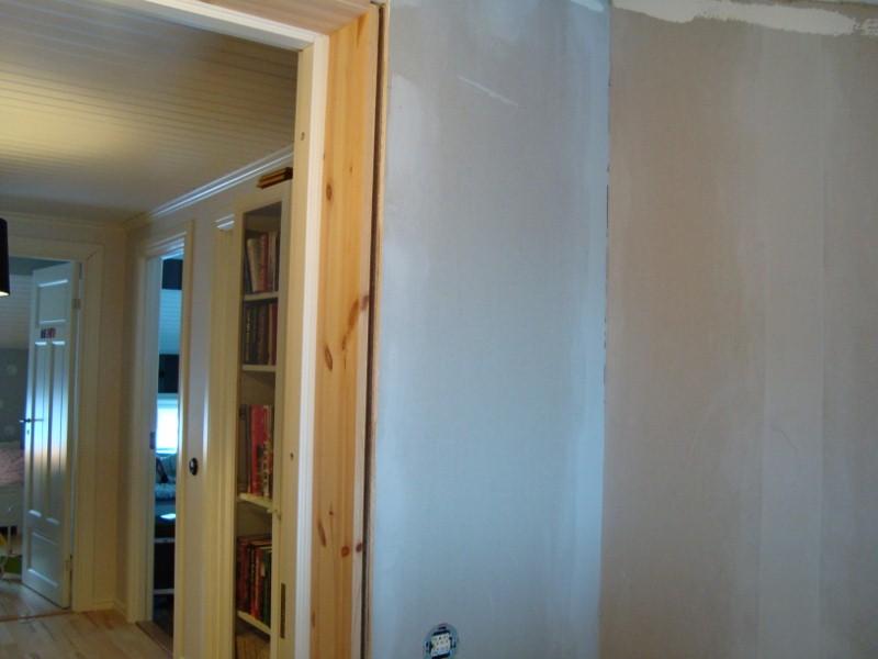Tittar man ut så ser man genomgångsrummet till Bettys, Linus och Gustavs sovrum.