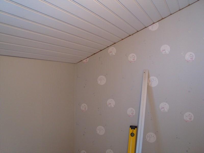 En fondvägg med Aristocats kattungar och resterande väggar bli grå. Tapetrullarna blev över sedan vi tapetserade Bettys rum.