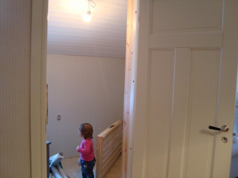 Betty undersöker sin blivande lillasysters (el. lillebrors) sovrum