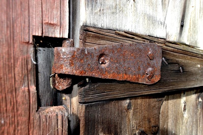 Det finns en gammal smedja på gården. Är detta gångjärn smidd där tro? För hur länge sedan? är det äldre än 1887 när vårt hus byggdes?