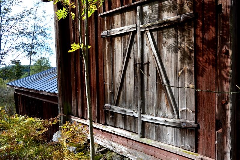 Jag bara älskar dessa gamla byggnader och vill se gärna veta mer om, ja allting egentligen. Exakt hur saker och ting användes och hur det var att leva på denna gård. Utan el, avlopp... Känns som mörkt, kallt och en jäkla massa jobb -större delen av året!