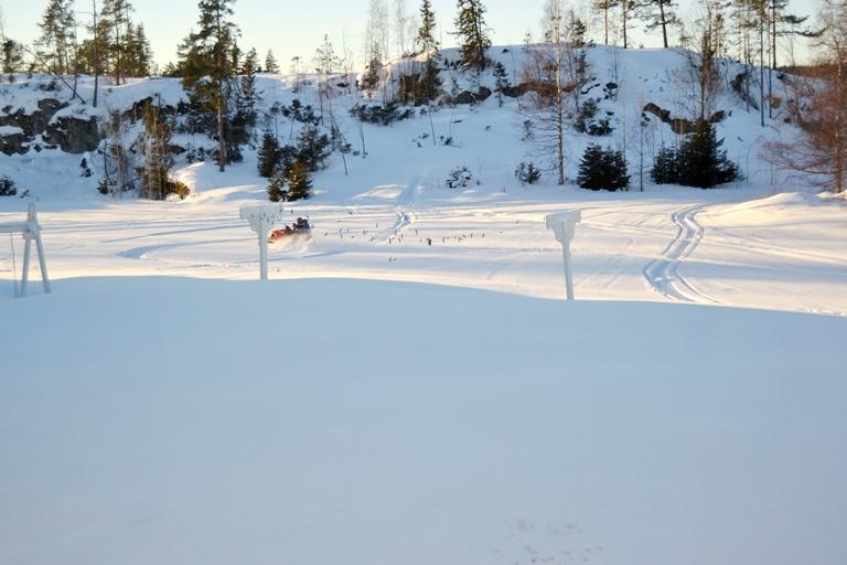 Bilden är från 20 feb, men vi har nästan lika mycket snö kvar nu. Det här blir vår utsikt från altanen förresten, inte helt fel. :) Men än så länge har vi ju bara en dörr...