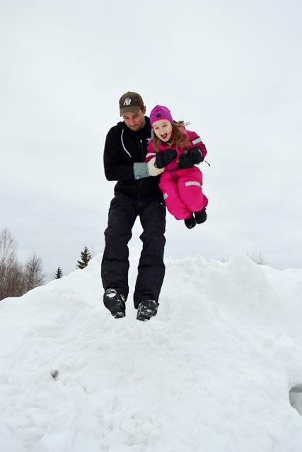 Wiiiieeee! Jocke och Bettya hoppar från vår högsta snöhög