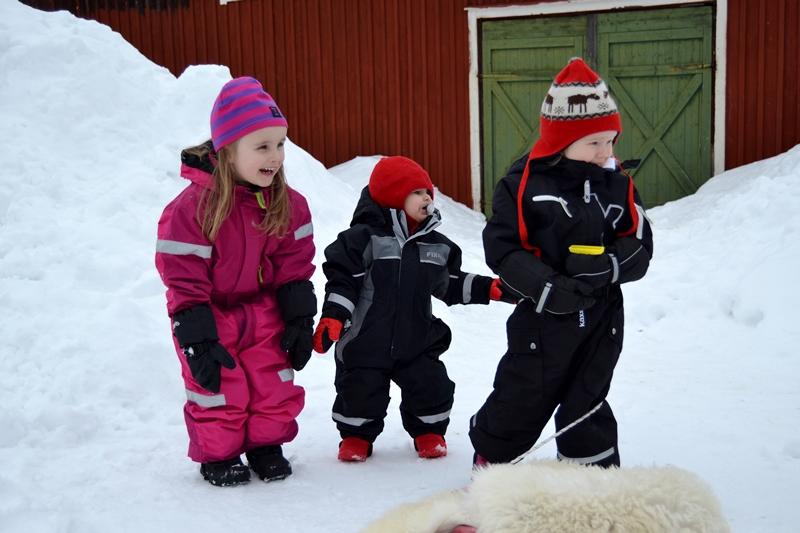 Betty 4 år, Meya 1 år och Tyra 2 år. Det är mina favorittjejer det!!! (de garvar åt deras tokiga pappa som leker med deras snowracer...) :D