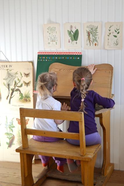 Tyra och Betty gillade verkligen skolbänken. Så roligt att man kunde öppna locket ju. :)