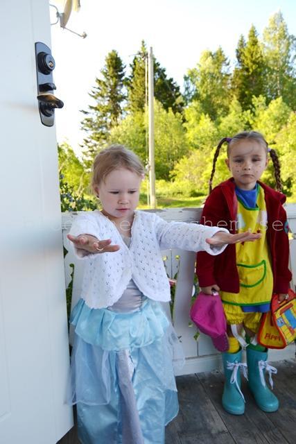 Prinsessan Tyra och Pippi Betty en morgon på väg till deras förskola som hade maskerad.
