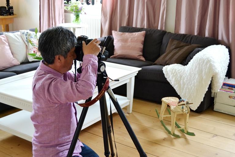 Den japanska fotografen in action i vårt vardagsrum