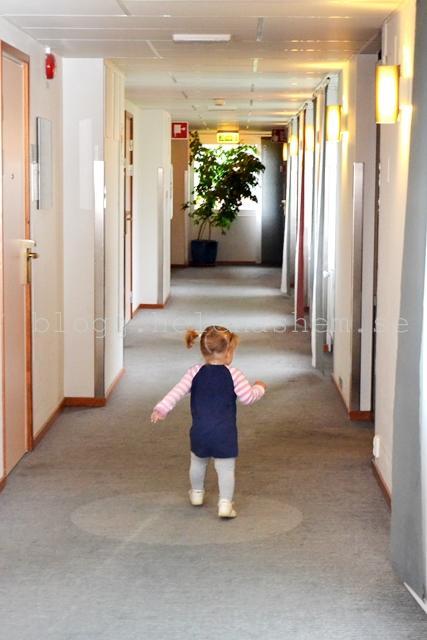 """Meya höll sej inte still många stunder. Hon bara drog iväg och sprang och sa """"hejhej"""" till tanter och farbröder... :D"""