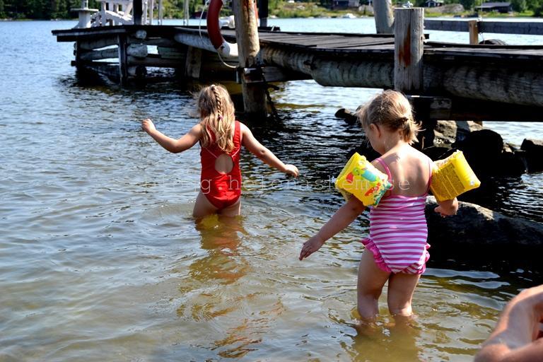Det var 18-19 grader i havet. Betty och Tyra badar ändå. :)