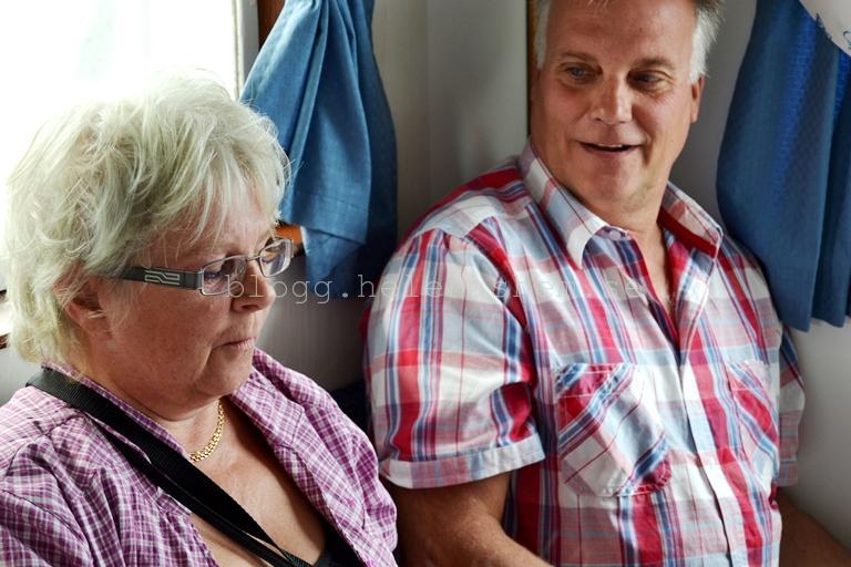 Här är en bild på mamma och pappa när vi var på båten. Mamma öppnar presenter.