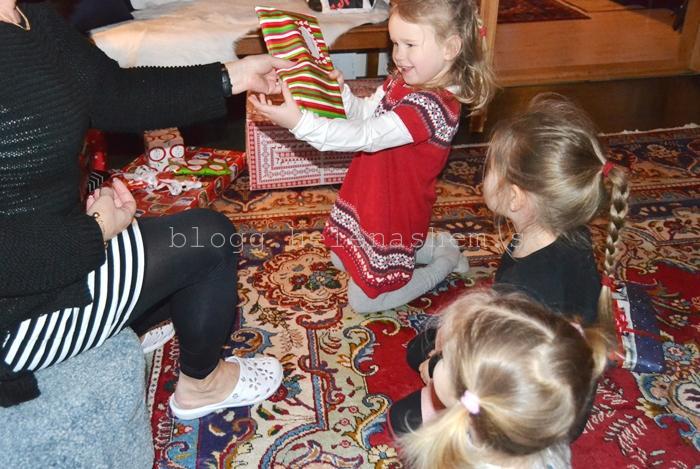 Farmor delar åt julklappar till Tyra