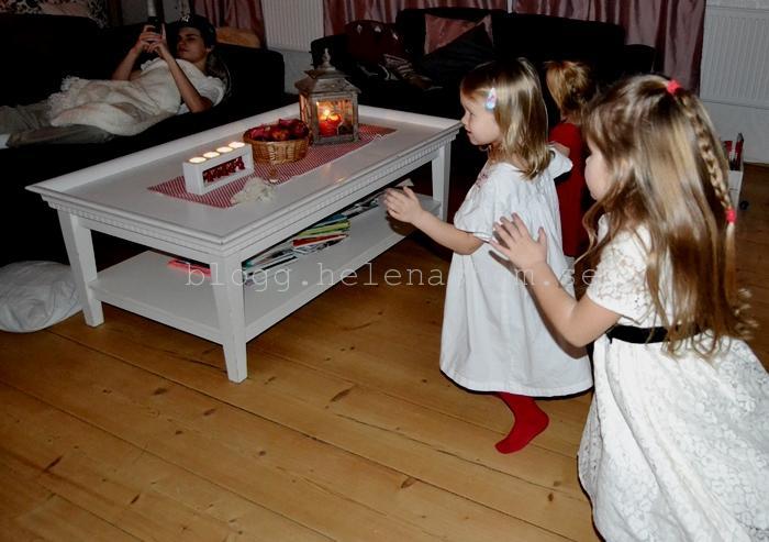 När strömmen gick så snurrade döttrarna runt runt för att testa klänningarna. :D