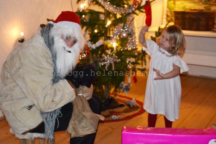 Här har snälla Tomten delat ut alla julklappar och har bara sin egen klapp kvar.