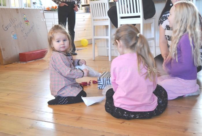 Meya öppnar paket och får fin hjälp av Betty och kusin Nelly