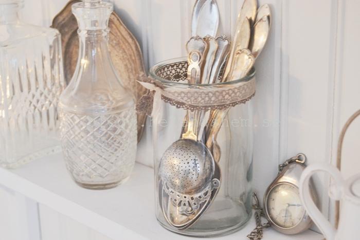 På hyllan i köket står det inte bara kryddburkar, utan även karaffer, silverskeder och annat fint. :)