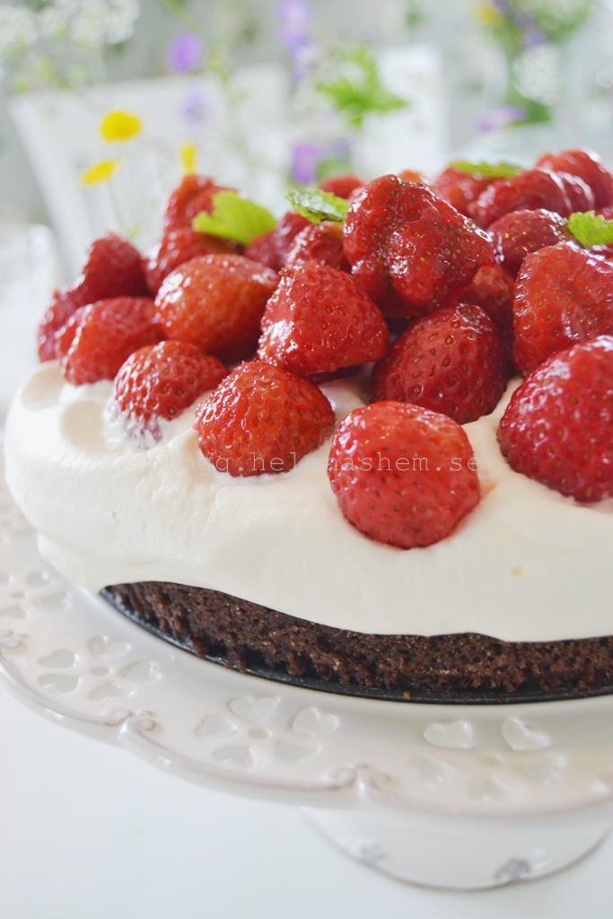 Gjorde en underbart god tårta. Som var en lyxig kladdkaka med sommarbär och grädde.