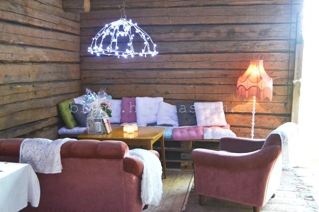 Pallar med kuddar på. samt lite sköna äldre möbler.Lampan pricken över iet där över bordet