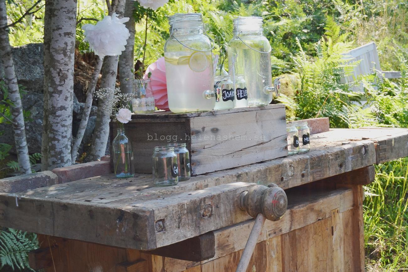 På denna underbara gamla snickarbänk så hade vi alla glas till gästerna. TRE behållare hade vi då, en alkoholfri. Den stod alldeles utanför logen.