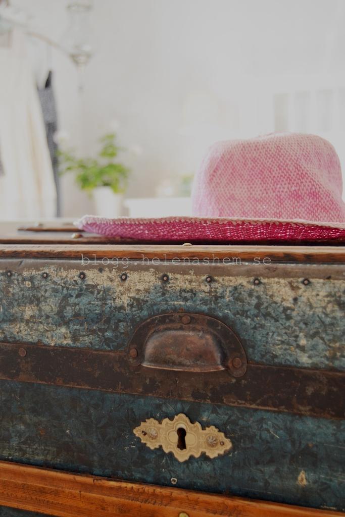Kistan/kofferten är perfekt att ha förvaring i. Hade den som bord bredvid sängen innan