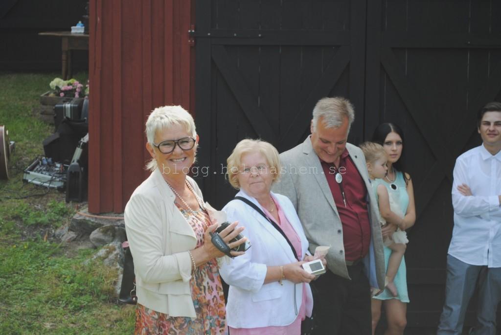 Som sagt, vackra gäster. Agneta (svärmor), Gun-Britt (mamma och Roine (pappa) Emelie som bär på trötta Meya och Gustav