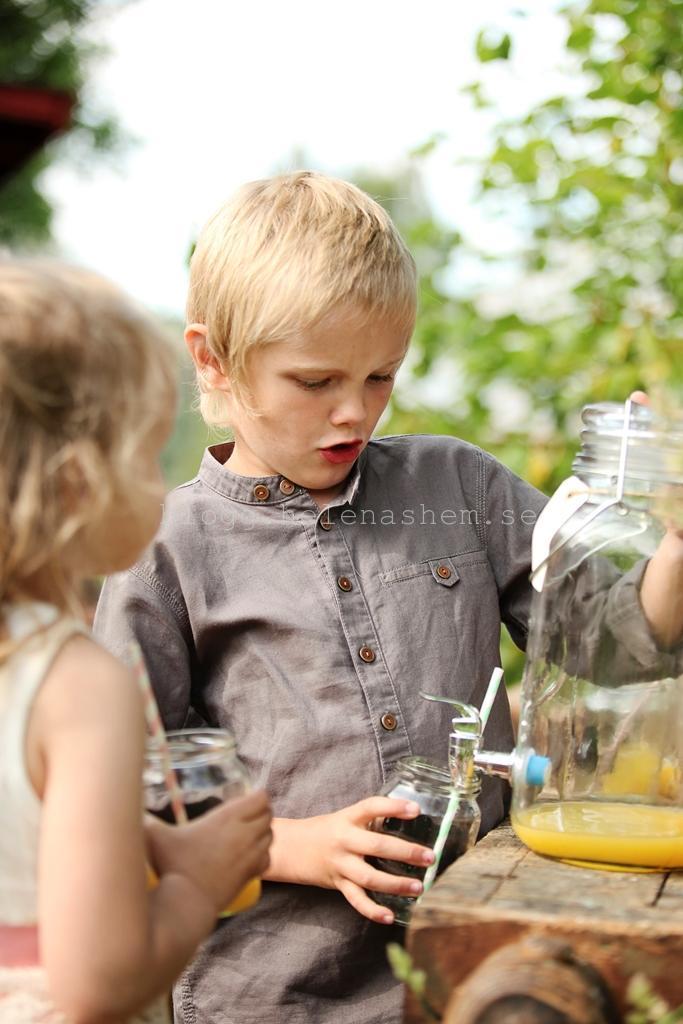 Detta var ett populärt tillhåll, både för stora och små. Här fyller Jockes syster Johannas äldsta barn, Elvis på sitt glas.