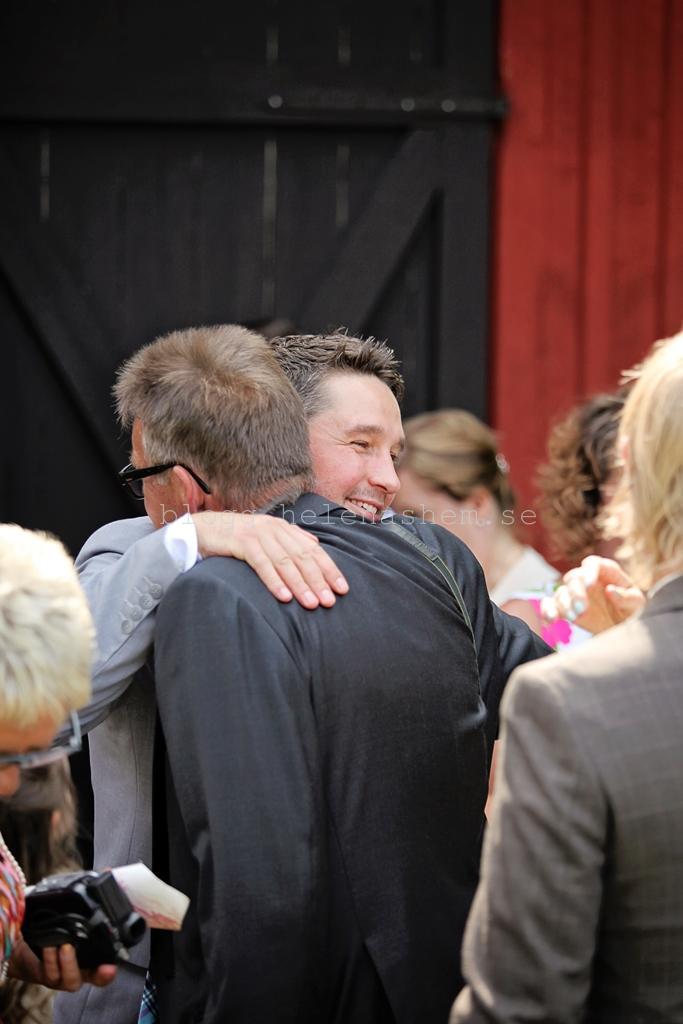 Jocke får kram av hans pappa Tommy