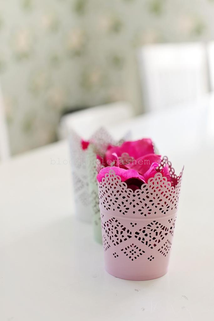 Varsin vacker behållare (ljuslykta från IKEA) skulle tjejerna bära rosenbladen i. Men det blev ändrade planer. :)
