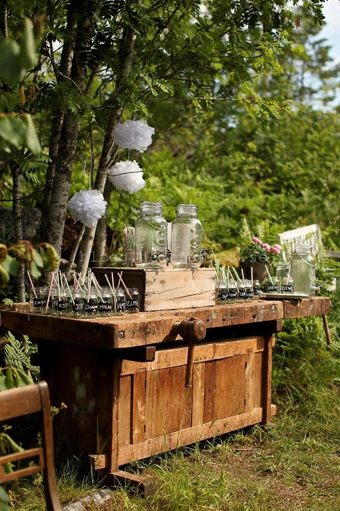 På snickarbänken så hade vi alla glas och även de tre dryckesbehållarna.