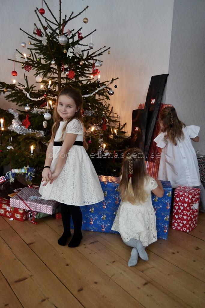 Betty poserar och systrarna undersöker klapparna