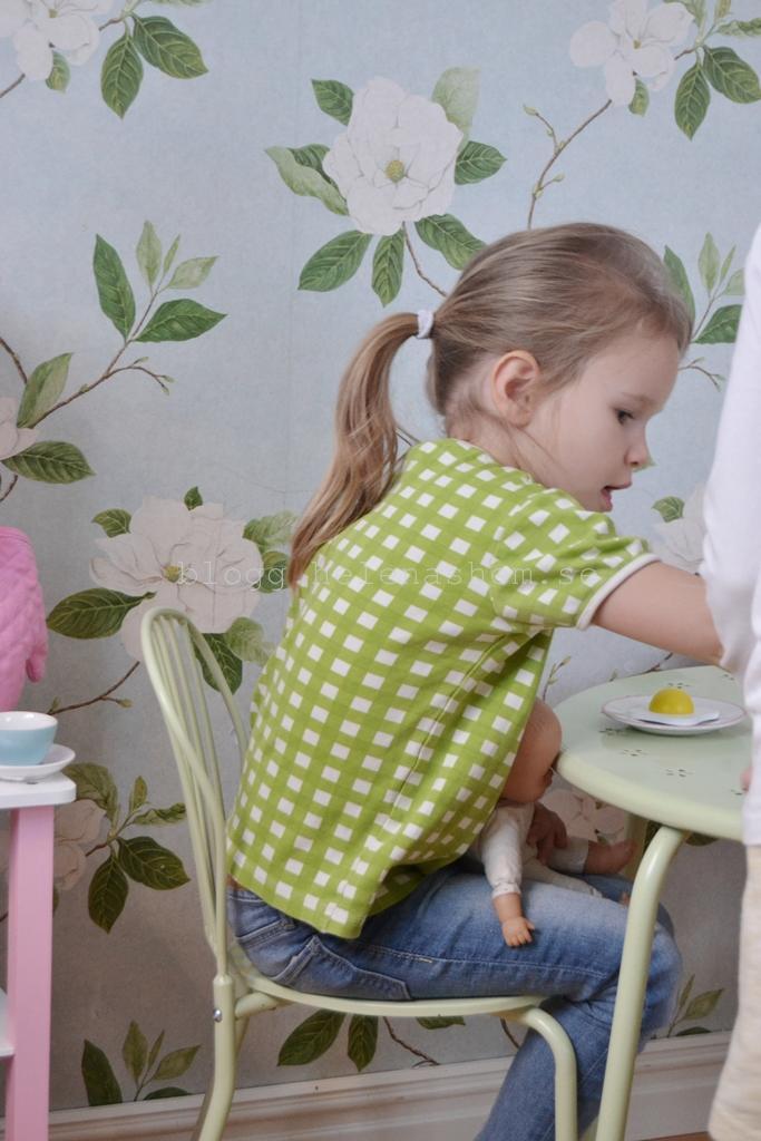 Tyra ska mata dockan med stekt ägg