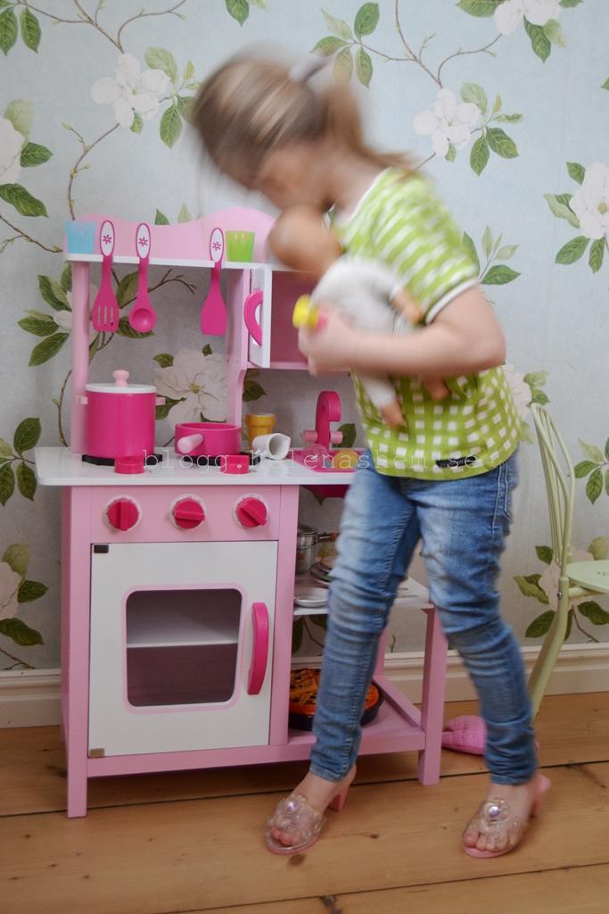 Ibland är det svårt att hålla koll på docka, matlagning samtidigt som prinsess-klackeskorna är på! :)