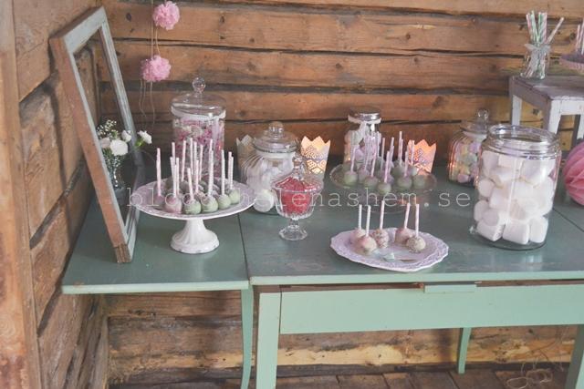 Vårt desserbord på bröllopet. Godis och Cace pops.