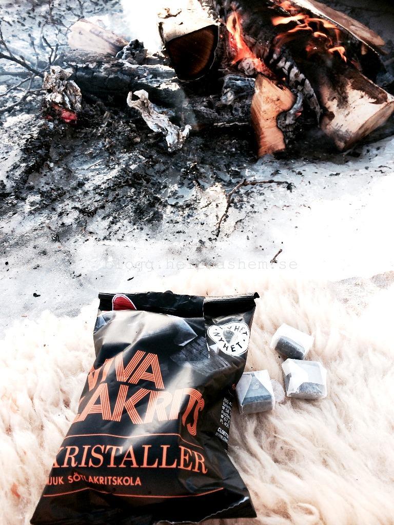 Godiset matchade elden! :) TIPS till er som gillar lakrids. Nyhet från Malaco som heter Viva Lakrits Kristaller. En mjuk sötlakritskola som var väldigt god. Mmm.
