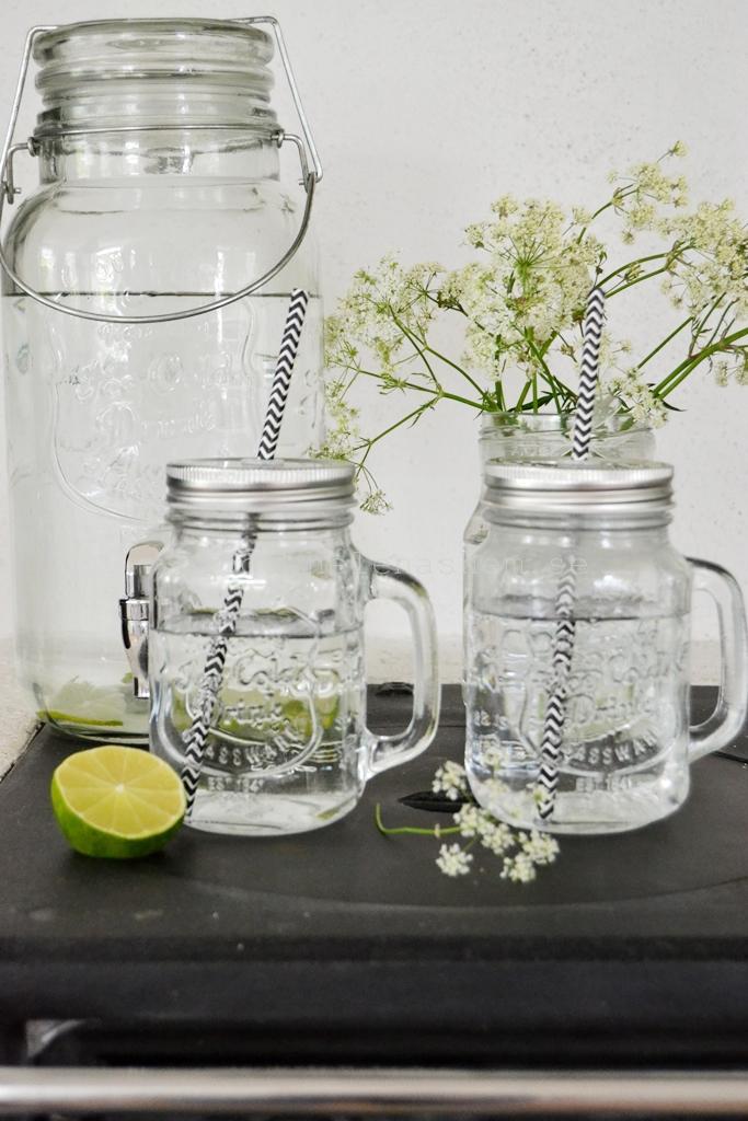 Glasmuggar med lock och sugrör -perfekt till sommarens svalkande drycker. Snygg är de också :)