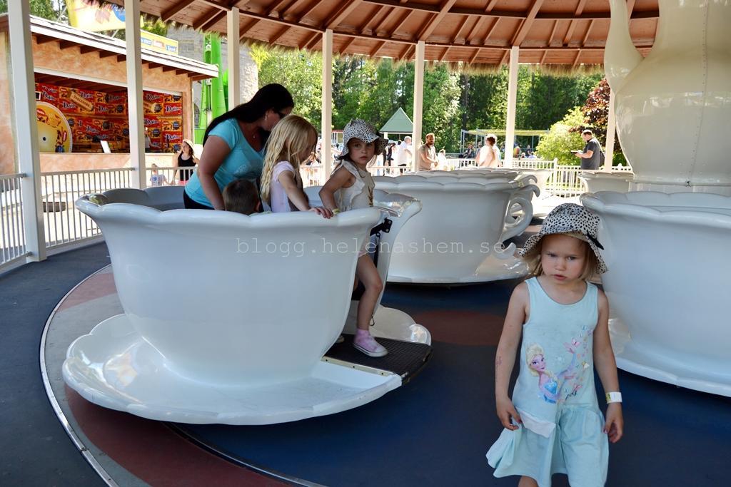 Jenny & alla barn åkte i samma kopp!