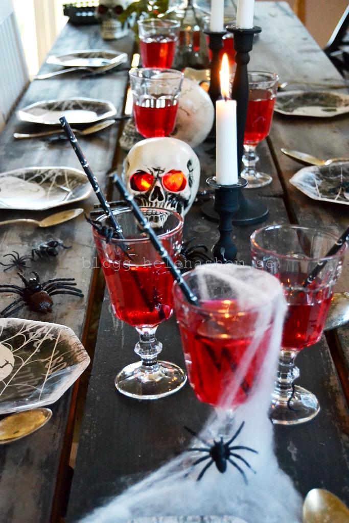 Betty & jag gjorde en provdukning. Blodrött & svart är aldrig fel...
