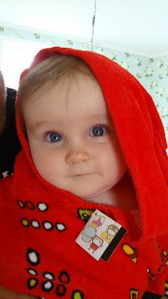 På 8 månadersdagen så fick Betty denna badponcho av farmor & farfar