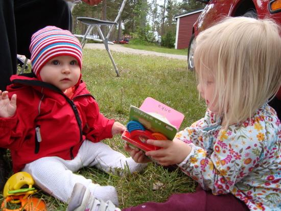 Betty 7½ månad & Kusin Nelly 2 år. Midsommar 2009.