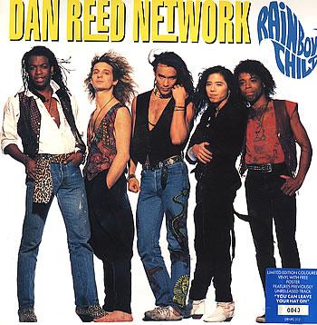 Dan Reed är mannen i mitten. Jag och min tjejkompis var faktiskt på efterfest med han och Bobbers...hahaha men det är en annan historia.
