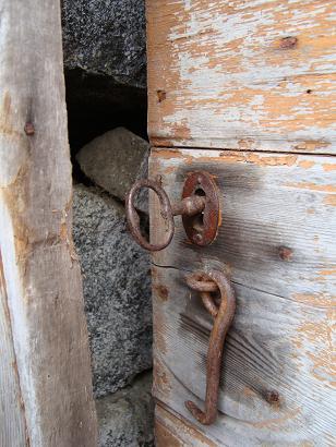 Dörr in till jordkällare 1