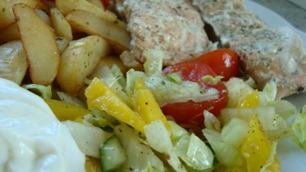Vi grillade lax med klyftpotatis, rotsaker, sallad och tzatziki. Mmm!