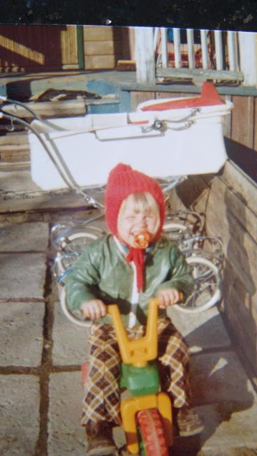 Asså hur tuff var man inte! ;-)  Kolla in vagnen också som syrran låg i.