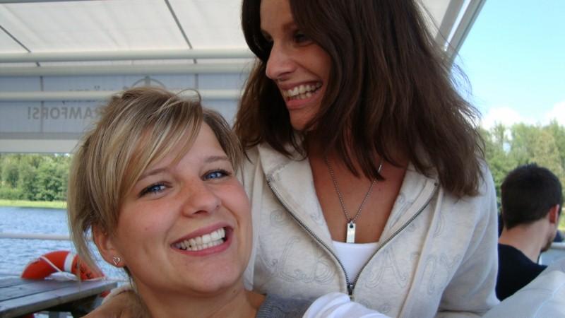 Syrran Johanna & jag tävlar om vem som har vitaste tänder. Tyvärr vinner syrran... ;) Men så är hon 10 år yngre också. :)