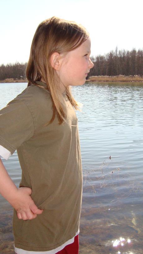 Julia tar en paus vid sjön