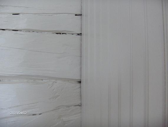 Pärlspont och vitmålad timmervägg