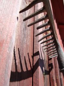 En gammal kratta lutad mot ladugården