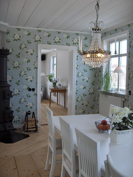 Matrum och vardagsrum som skymtar