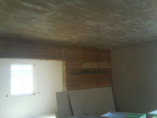 Kök mot matrum. Timmerväggen lämnade vi kvar. Taket som min kära sambo la ner TIMMAR på att frilägga, skrapa och måla.